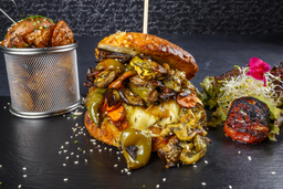 Hamburguesa con Verduras al Wok + Papas Rústicas