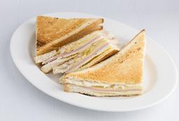 Sandwiche Caliente con Jugo Natural